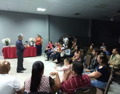 Pastor João Queiroz recebe novos membros com café da manhã especial