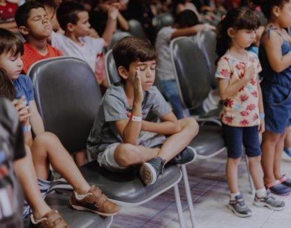 """Escola Bíblica de Férias """"Crianças na Luz, brilha Jesus"""" reúne centenas de crianças na IBR"""